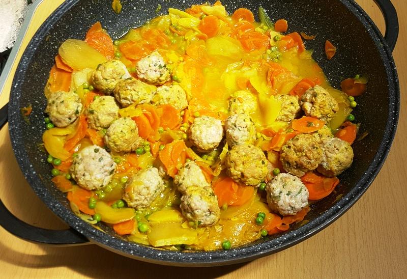 Boulettes de poisson blanc épicées, aux herbes fraîches, à la carotte et à la pomme de terre.