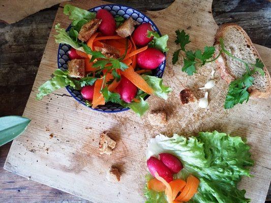Une salade toute simple avec des croûtons express à l'ail